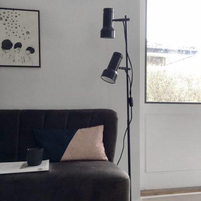 czarna lampa podłogowa, metalowa - aranżacja salon scandi