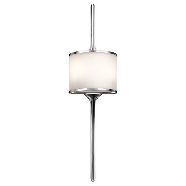 elegancki kinkiet z mlecznego szkła, polerowany chrom - aranżacja salon klasyczny
