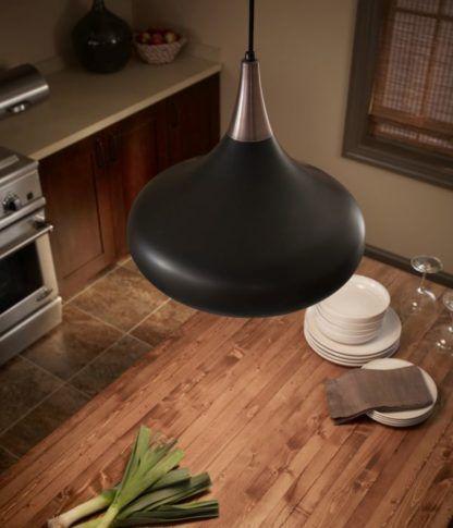 lampa wisząca z ciemnym, brązowym kloszem - aranżacja kuchnia z drewnem