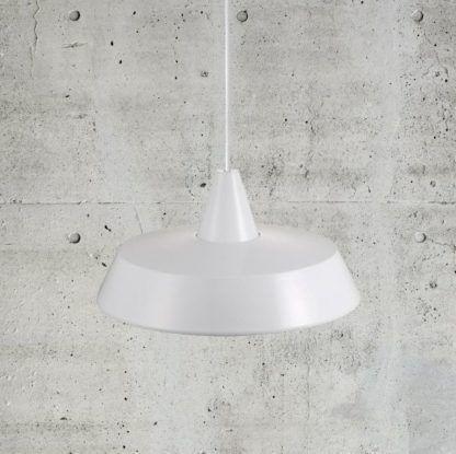 nowoczesna lampa wisząca z białym kloszem