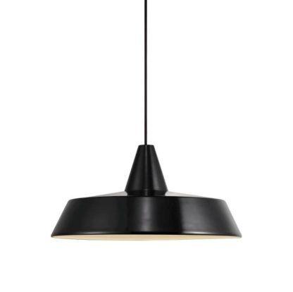 czarna lampa wisząca z metalu, płaski klosz