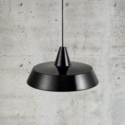 czarna lampa wisząca z płaskim kloszem talerz