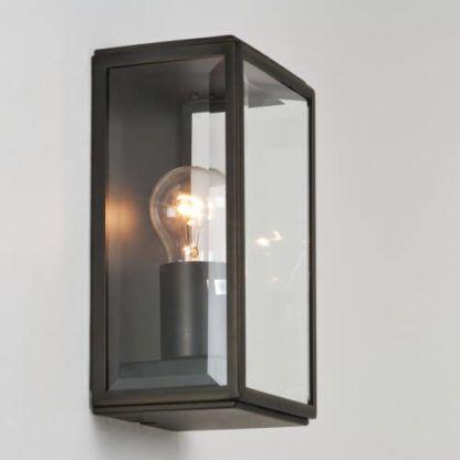 brązowy, metalowy kinkiet z bezbarwnymi szybkami, styl rustykalny, klasyczny industrialny, ciemny brąz