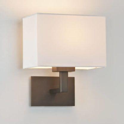 brązowy kinkiet w stylu nowoczesnym, modern classic, jasny abażur sześcian, dodatkowe oświetlenie do salonu, do sypialni