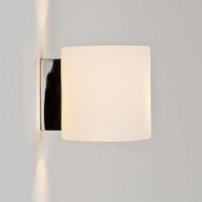 nowoczesny kinkiet z jasnym kloszem do dodatkowego oświetlenia nastrojowego sypialni