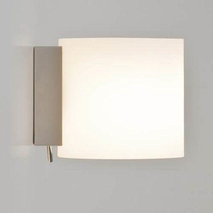 biały kinkiet z wyłącznikiem, srebrna podstawa, kinkiet w nowoczesnym stylu, ciepłe, przyjemne światło nastrojowe
