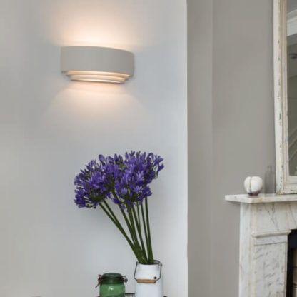 dekoracyjny kinkiet do salonu, do sypialni, białe oświetlenie dekoracyjne - aranżacja