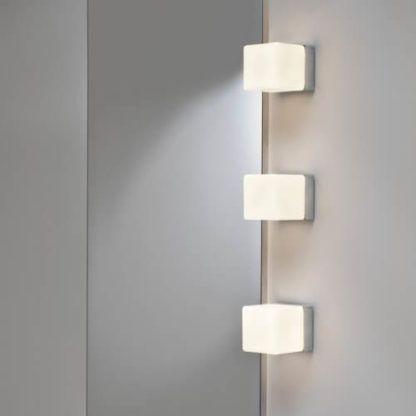 kwadratowy kinkiet z mlecznym kloszem na srebrnej podstawie, nowoczesne oświetlenie dodatkowe do salonu, do restauracji, do hotelu