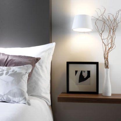 biały, gipsowy kinkiet z włącznikiem, do pomalowania - aranżacja biały kinkiet w sypialni