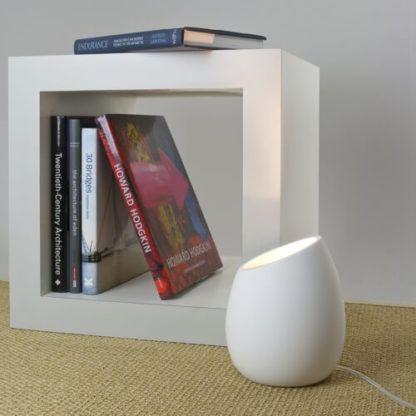 nowoczesna, minimalistyczna lampa stołowa z gipsu, gipsowa lampa stołowa, oryginalna forma, możliwość samodzielnego pomalowania lampy - aranżacja