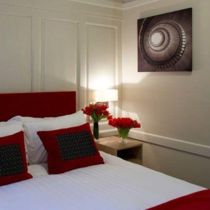 elegancki kinkiet w stylu modern classic, jasny abażur - aranżacja sypialnia z czerwienią