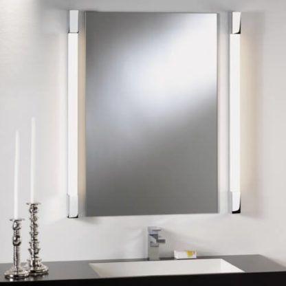 pionowy kinkiet z mlecznym kloszem do zamontowania przy lustrze