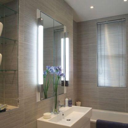 podłużny kinkiet łazienkowy do lustra -aranżacja