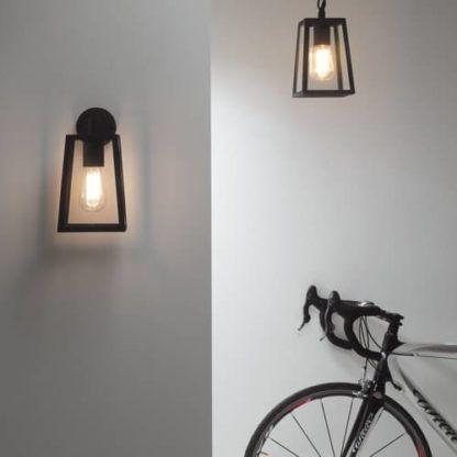 dekoracyjne lampy ze szklanymi kloszami w czarnych, metalowych obudowach, styl rustykalny, industrialny