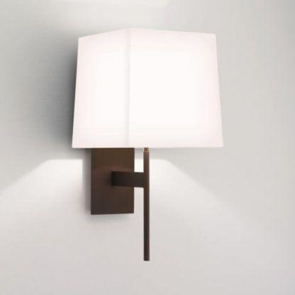 brązowy, elegancki kinkiet z jasnym abażurem w geometrycznej formie, styl modern classic