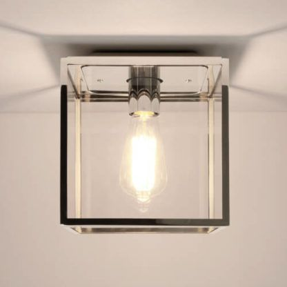 industrialna lampa sufitowa, transparentny, szklany klosz w srebrnej, połyskującej oprawie, żarówka edisona