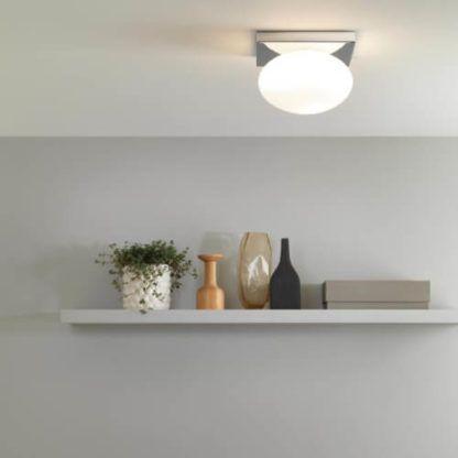 nowoczesna lampa sufitowa szklany klosz na srebrnej, kwadratowej podstawie w lustrzanym wykończeniu