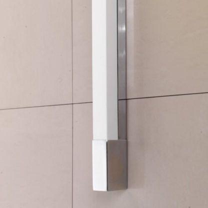 minimalistyczny kinkiet z białym, prostokątnym kloszem, wyraźne, jasne światło łazienkowe