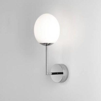nowoczesny, srebrny kinkiet z białym kloszem