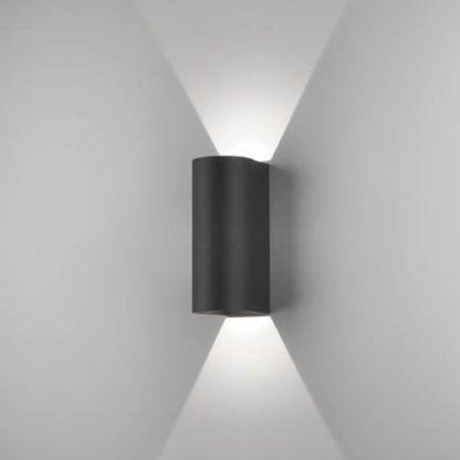czarny, nowoczesny kinkiet, pionowy snop światła