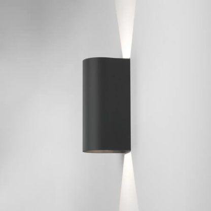 czarny kinkiet dekoracyjny do dodatkowego oświetlenia