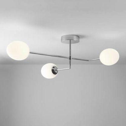 lampa sufitowa z trzema szklanymi kloszami