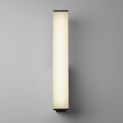 podłużny, nowoczesny kinkiet z mlecznym szkłem, geometryczny kinkiet, jasne światło