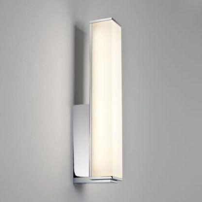 nowoczesny, jasny kinkiet z mlecznym kloszem i srebrną podstawą, polerowany chrom, kinkiet do łazienki, do przedpokoju
