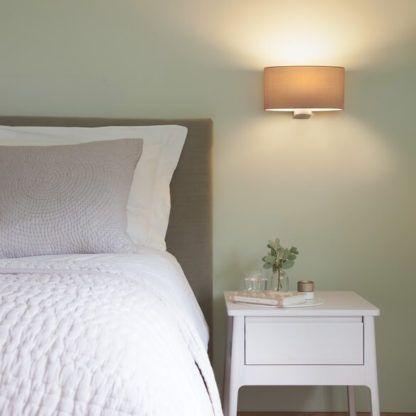 elegancki kinkiet z szerokim, owalnym abażurem - aranżacja sypialnia