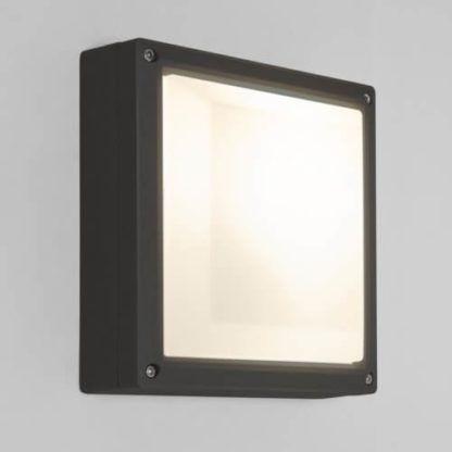 nowoczesny kinkiet z mlecznym dyfuzorem i czarną ramą, dużo światła