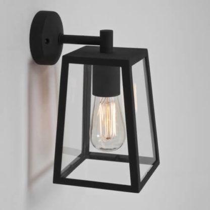 geometryczny kinkiet z bezbarwnego szkła w czarnej ramie, sześcian, industrialny styl, klasyczny