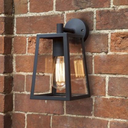 bezbarwny kinkiet ze szkła w czarnej ramie, lampion, klasyczna latarenka