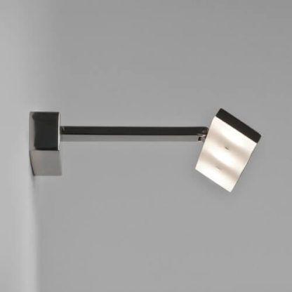 nowoczesny kinkiet srebrny, polerowany chrom, podłużny klosz nad lustro, kinkiet LED, kinkiet do oświetlenia obrazów i zdjęć