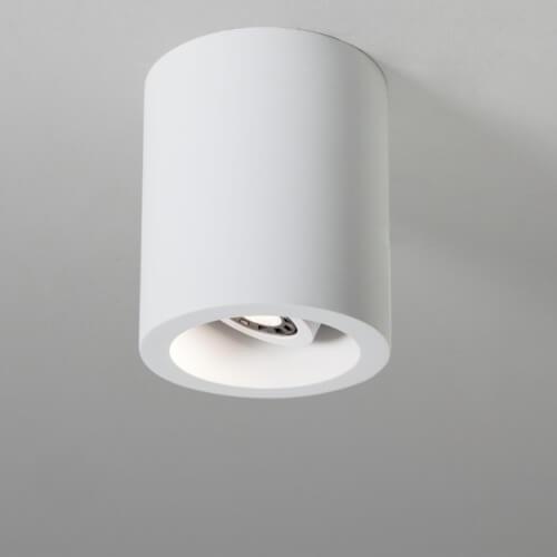 nowoczesne oczko sufitowe, biała tuba, regulacja kąta padania światła, oświetlenie dodatkowe