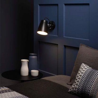 czarny, metalowy, nowoczesny kinkiet - aranżacja sypialnia