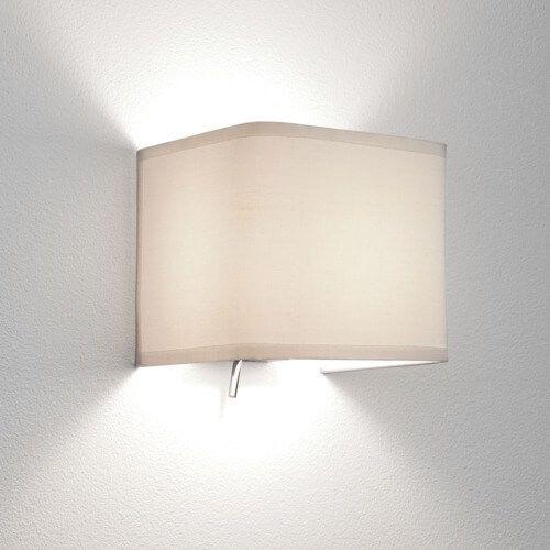 klasyczny kinkiet z jasnego materiału, srebrna baza, kinkiet do sypialni, nastrojowe światło