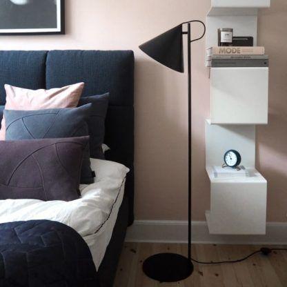 czarna lampa podłogowa ze stożkowym kloszem - aranżacja sypialnia