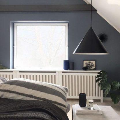 duża lampa wisząca ze stożkowym, czarnym kloszem - aranżacja sypialnia