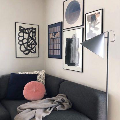 szara lampa do antracytowej kanapy