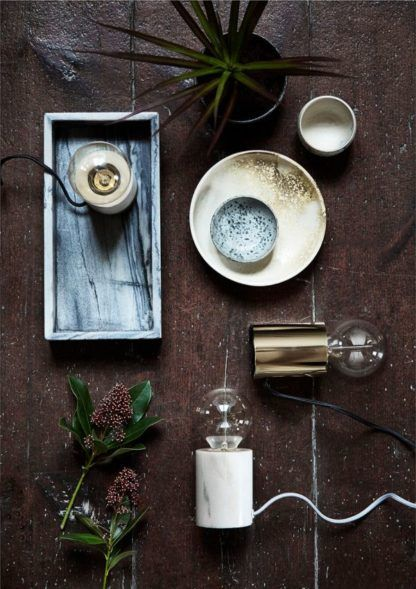minimalistyczna lampa stołowa do dekoracyjnej żarówki - aranżacja