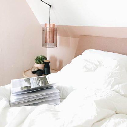 skandynawska lampa wisząca z miedzianym i szklanym kloszem - aranżacja sypialnia