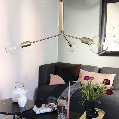 nowoczesna lampa wisząca w surowym, industrialnym stylu, mosiądz - aranżacja salon