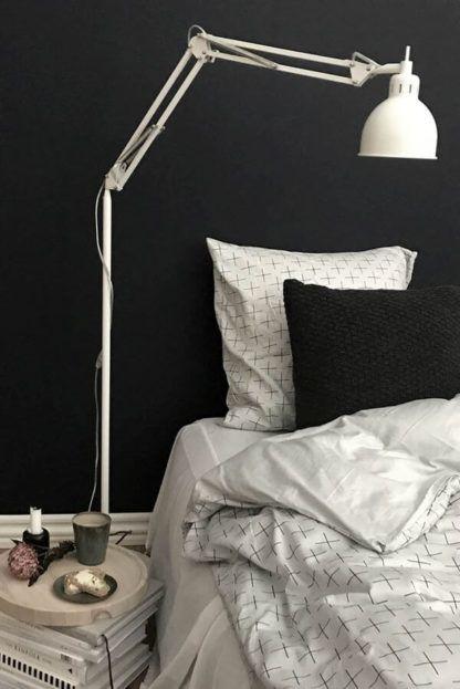 wysoka lampa podłogowa z metalowym kloszem, styl skandynawski, nowoczesny - aranżacja grafitowa sypialnia i biel