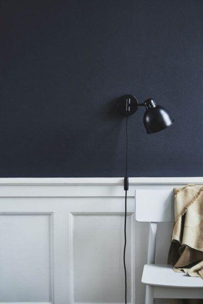 czarny, metalowy kinkiet z przewodem - aranżacja ciemny granat i biel