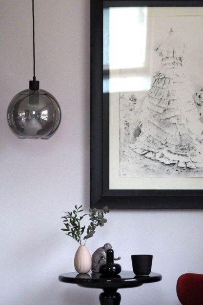 lampa wisząca z okrągłym kloszem z dymionego szkła, aranżacja