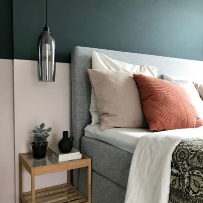 lampa wisząca obok łóżka aranżacja