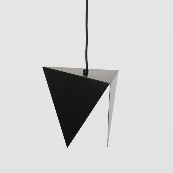 czarna, asymetryczna lampa wisząca z metalu