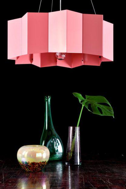 różowa, duża lampa wisząca z metalu