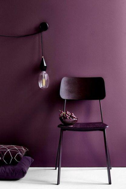 minimalistyczna lampa wiszaca, czarna - aranżacja fiolet