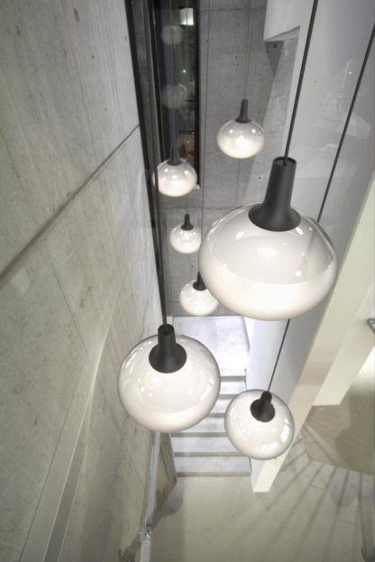 szklana lampa wisząca kula - aranżacja klatka schodowa, nowoczesny styl